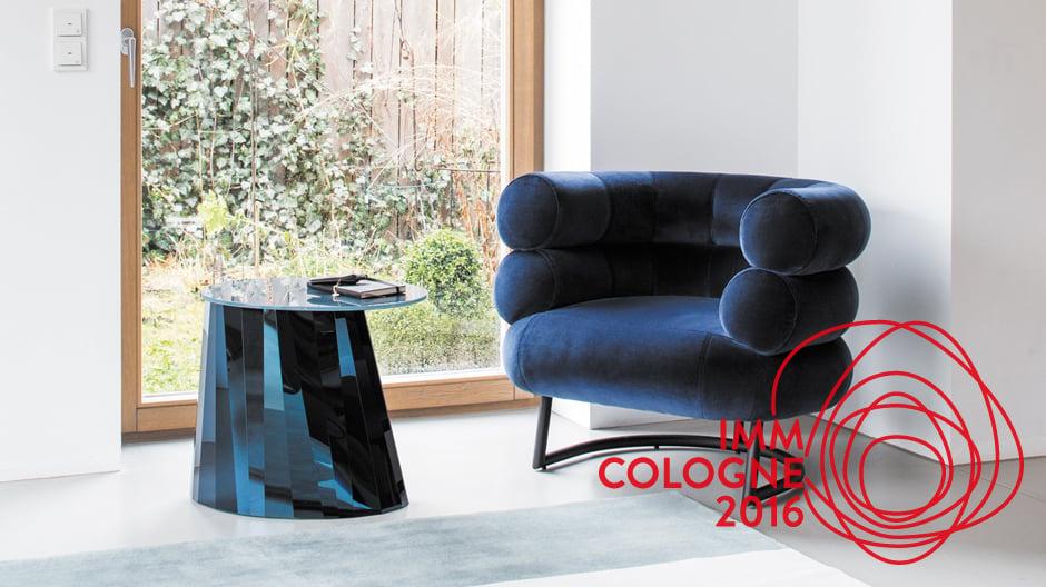 Links: Plivon Victoria Wilmotte / Rechts: Sessel Bibendum von Eileen Gray mit Samtbezug von Raf Simons für Kvadrat / beide Möbel von Classicon
