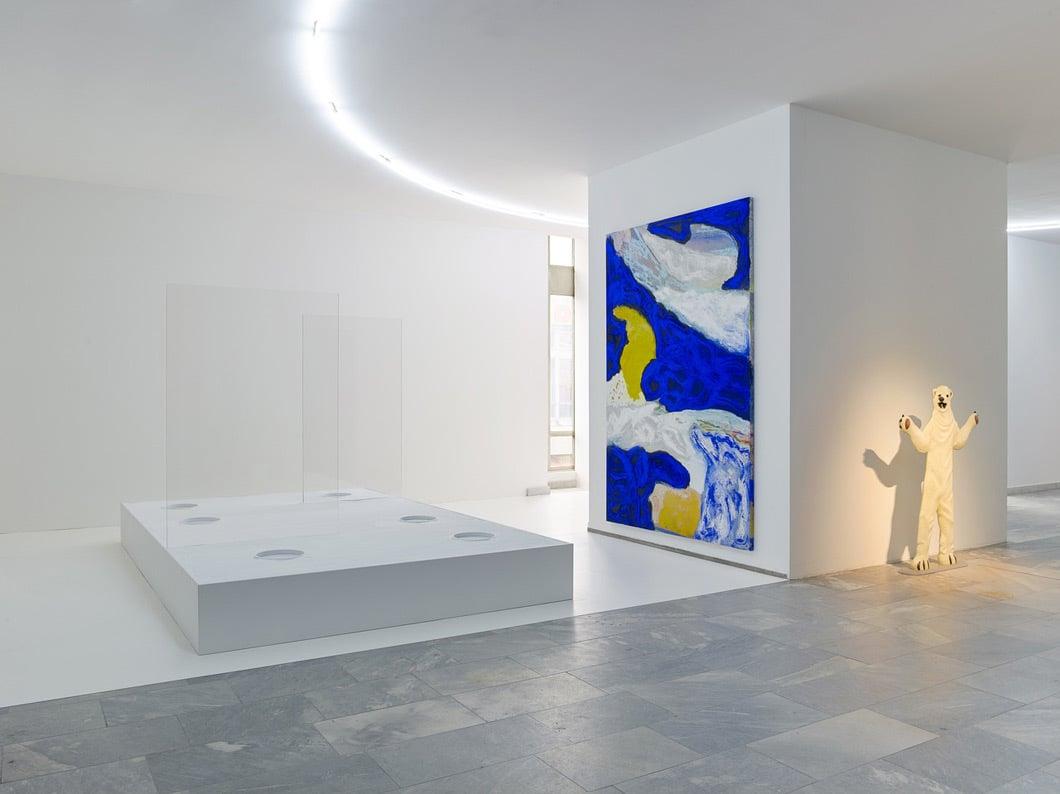 Installationsansicht von Donna Huanca, EPITHELIAL ECHO, 2017, Mixed-Media-Skulptur inklusive ortsspezifischer Performance; Sound-Installation, Sand, Plexiglas und Holz, Foto: Simon Vogel