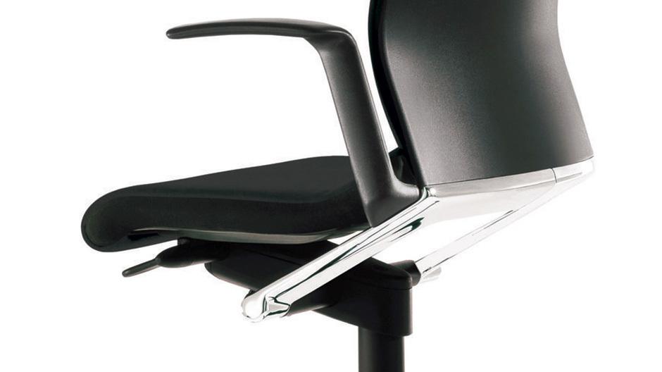 Der Stuhl Modus von Wilkhahn steht für mit seiner körpersynchronen Automatik für dynamisches Sitzen.