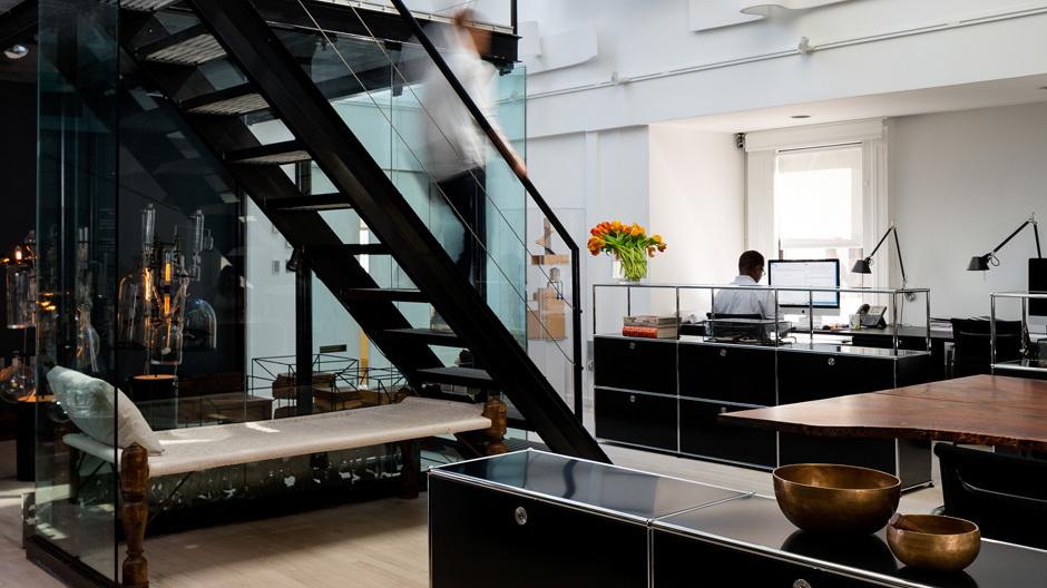 Der New Yorker Innenarchitekt Ghiora Aharoni verwandelte das Dachgeschoss eines früheren Grand Hotels in ein Studio mit Vorführqualitäten. Puristische Möbel treffen hier auf Skulpturen und sinnliche Details – gepaart mit einem Hauch von Esoterik.