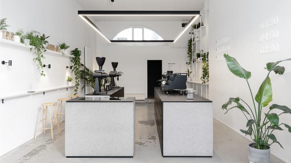 Keep it simple, lautet das Motto des Hamburger Cafés Tōrnqvist. Dazu passt die reduzierte Innenraumgestaltung des Designstudios AENY.