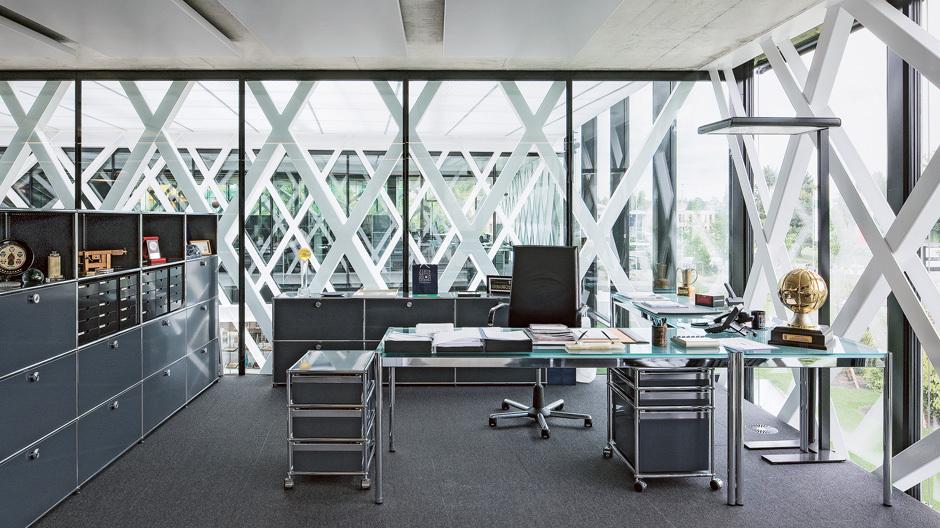 Hier spielt der Ball: Der Schweizer Architekt Jean-Frédéric Luscher konzipierte die neue Zentrale des Weltbasketball-Verbandes FIBA als stilisierte Hand. Anstelle von Wänden oder massiven Pfeilern werden die Baukörper von filigranen Gittern angehoben – als stählerne Reminiszenz an das Basketballnetz.