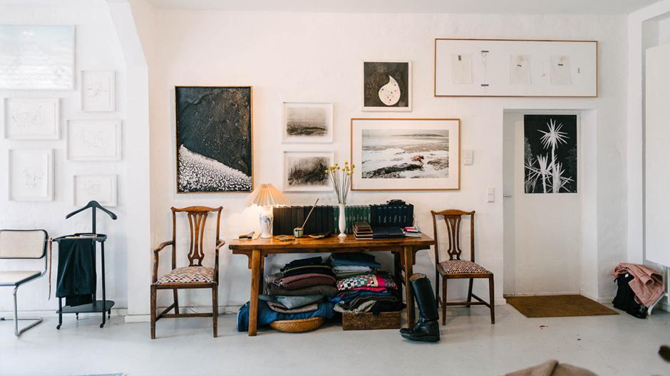 Der Berliner Maßschneider Robert Vogdt hat sein Atelier in einer ehemaligen Kreuzberber Glühbirnenfabrik bezogen: Kunstwerke und Antiquitäten treffen hier zu einer persönlichen Mischung zusammen.