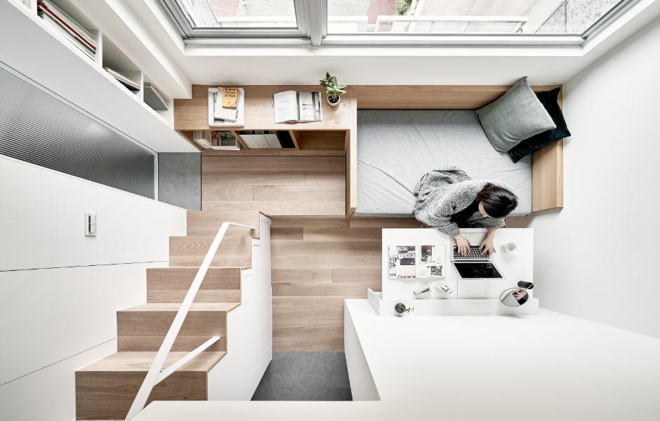 Nur 17,6 Quadratmeter ist das von A Little Design ausgebaute Mikroapartment in Taiwan groß. Die Deckenhöhe von 3,40 Metern nutzen die Designer für eine Hochebene mit Bett und Stauraum. Foto: Hey! Cheese