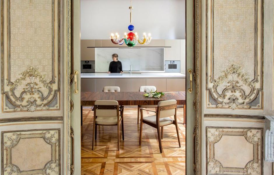 Blick in die Küche mit Esszimmer. Foto: Jordi Folch