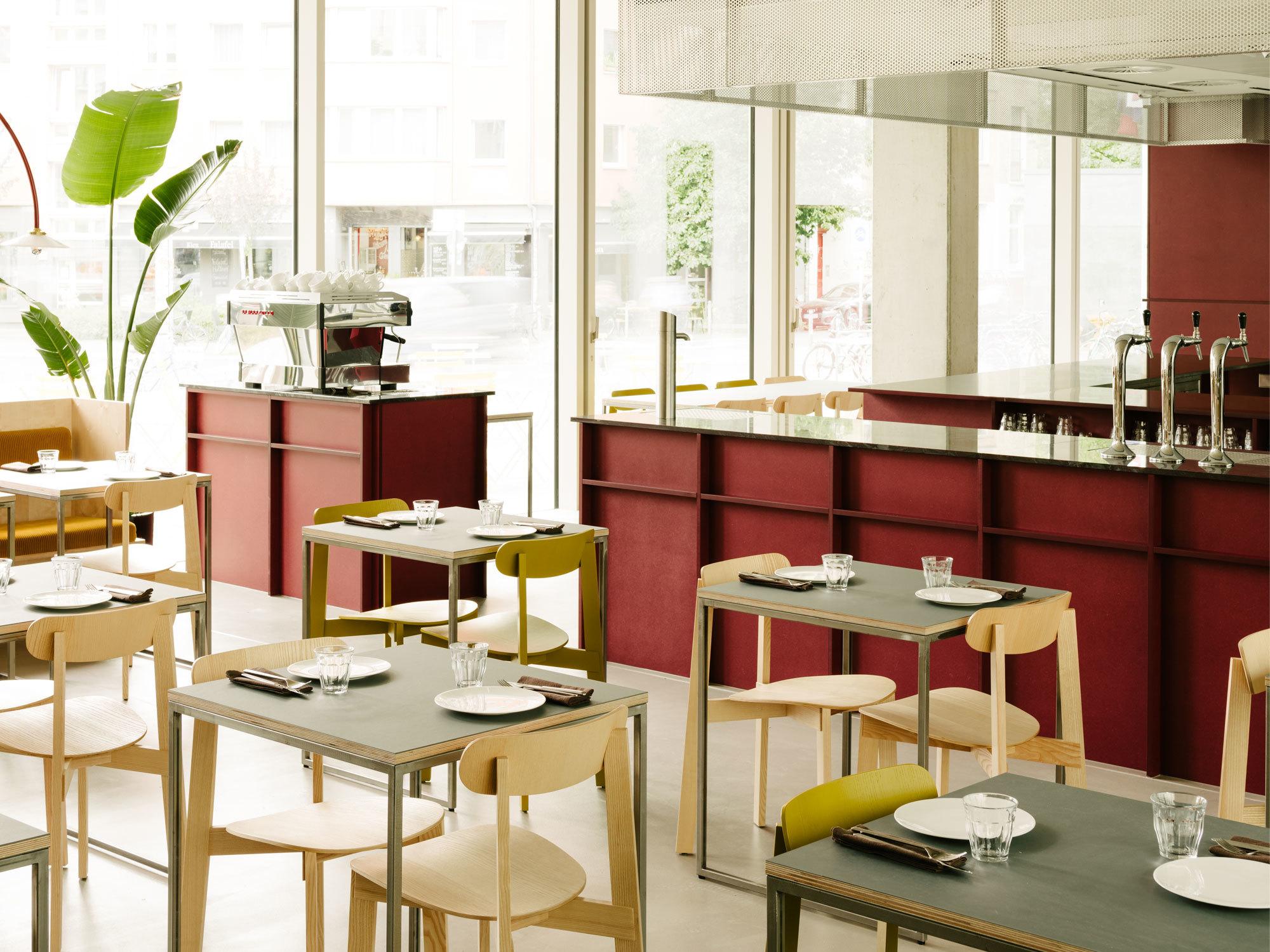 Die Tischplatten sind aus Birkenschichtholz gefertigt und mit einer hellgrauen Linoleumschicht überzogen.