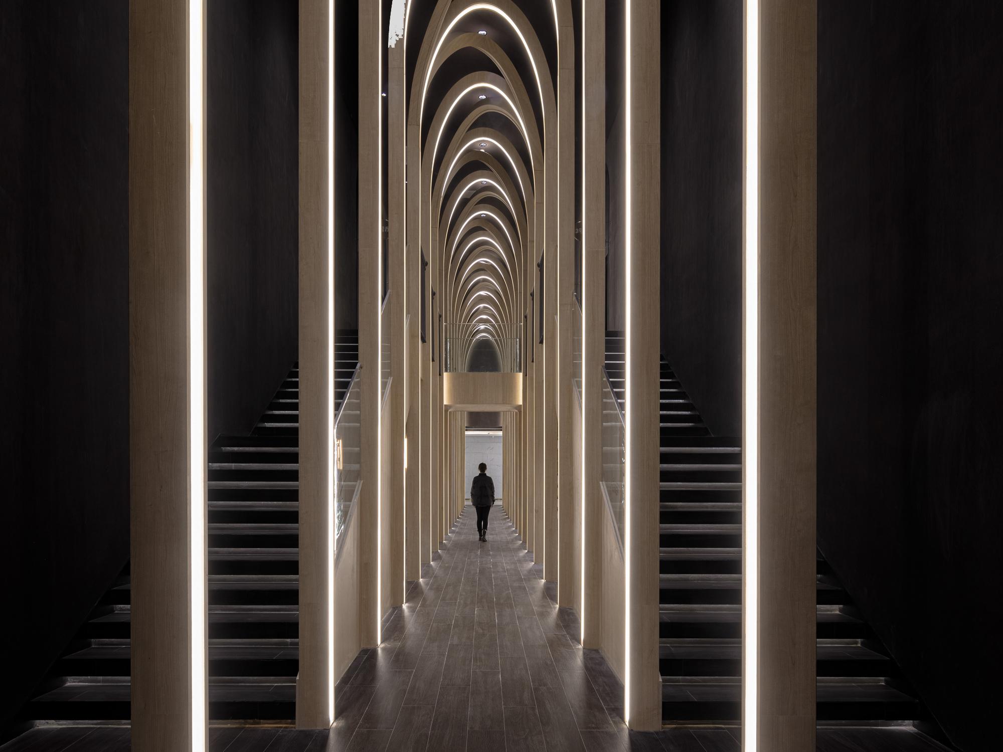 Zu den Kinosälen geht es durch einen zehn Meter hohen Saal mit schlanken Bögen.