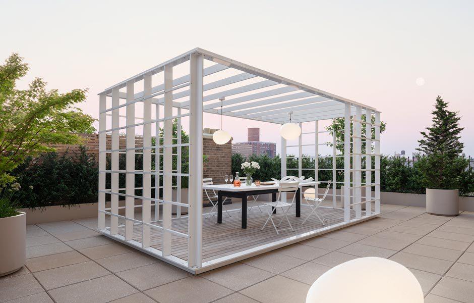 Die Stahlkonstruktion auf der Terrasse ist der passende Ort für Abendessen über den Dächern Manhattans.