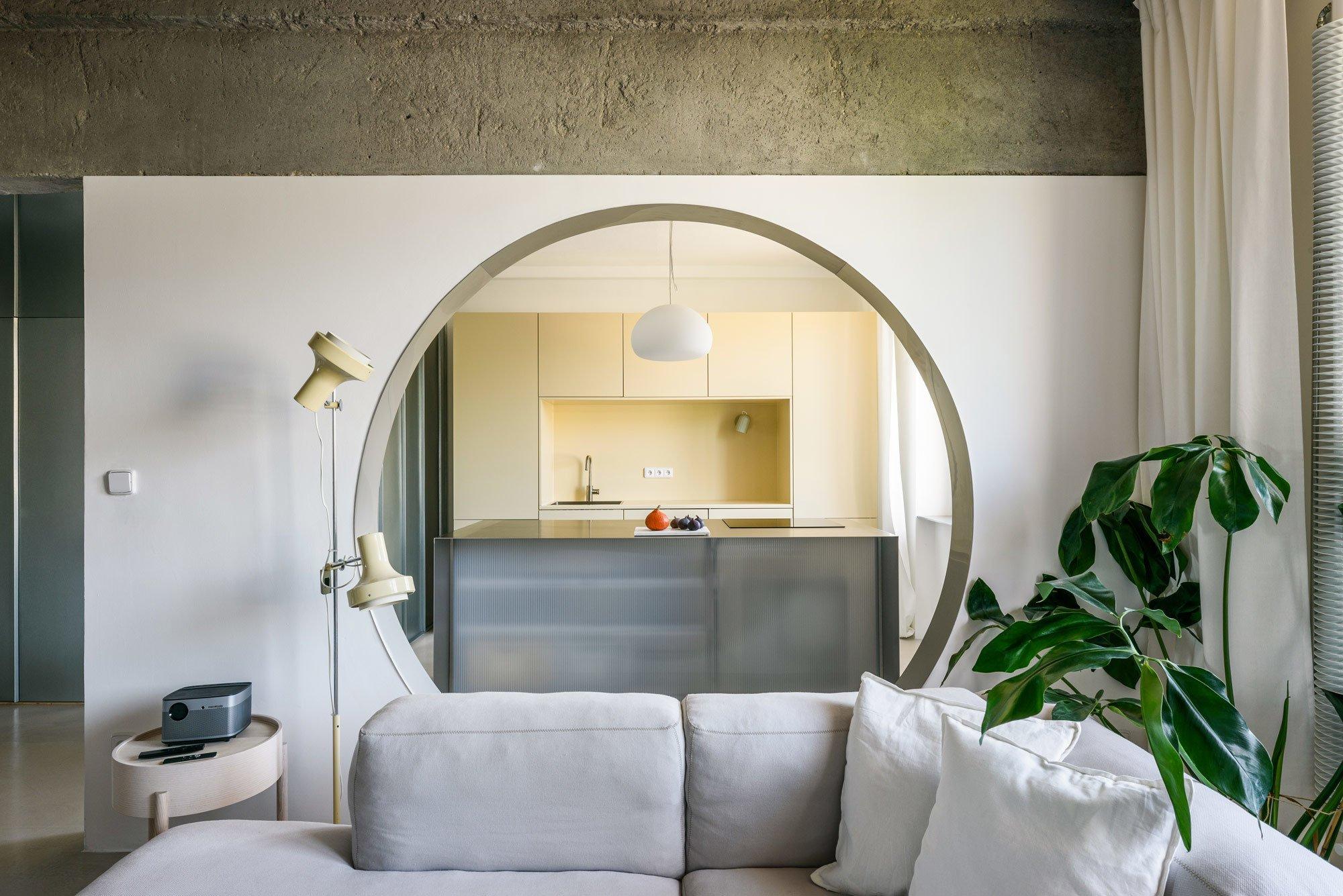 Mit Rundfenster, transparenter Trennwand und Recyclingmaterial verwandelte Alan Prekop ein slowakisches Apartment aus den Fünfzigerjahren in ein luftiges Loft.