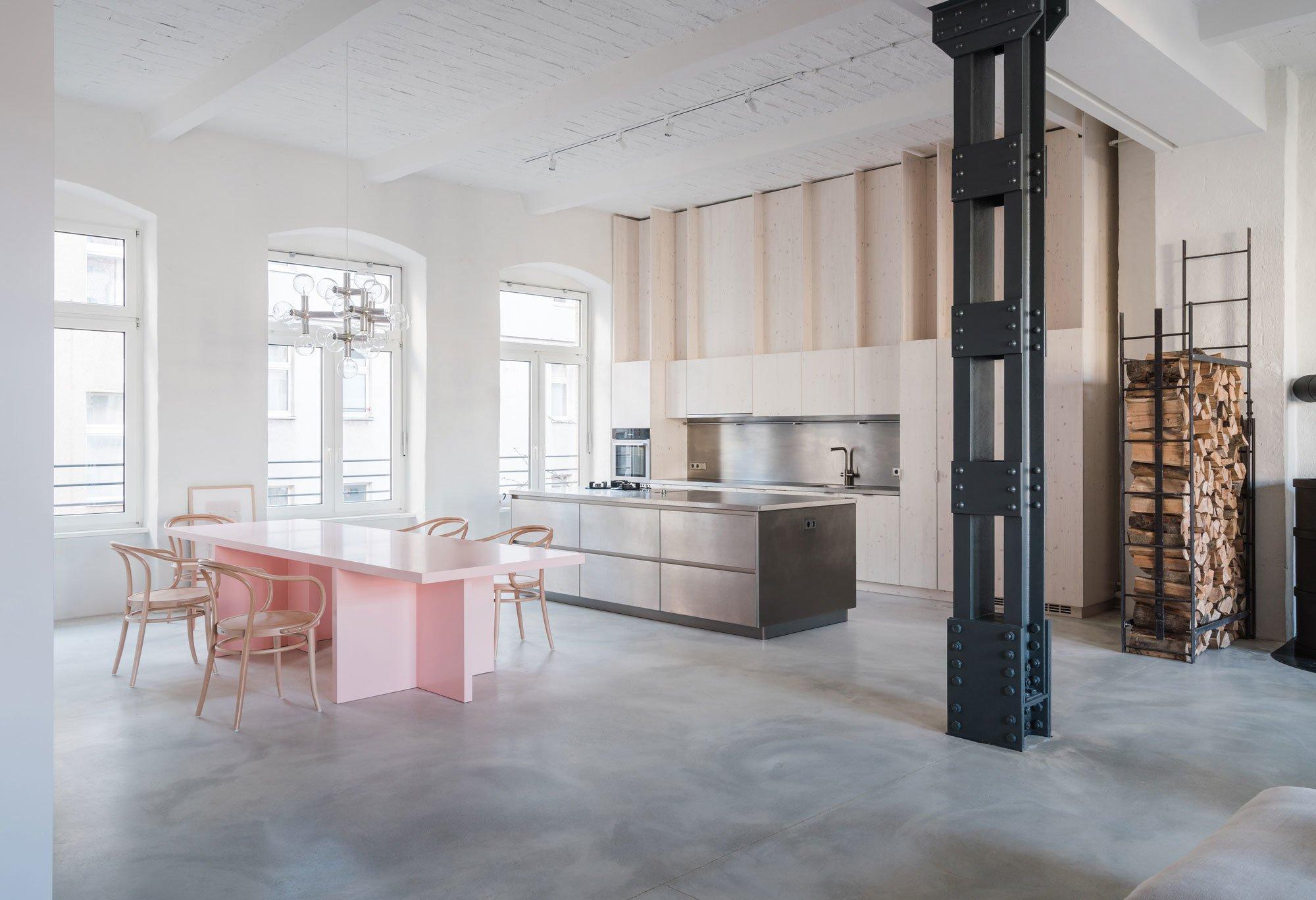 Orte des Rückzugs in der Weite eines Lofts? Diesen Widerspruch lösten Batek Architekten für eine fünfköpfige Familie in Berlin mit dem Umbau einer alten Fabrikhalle.