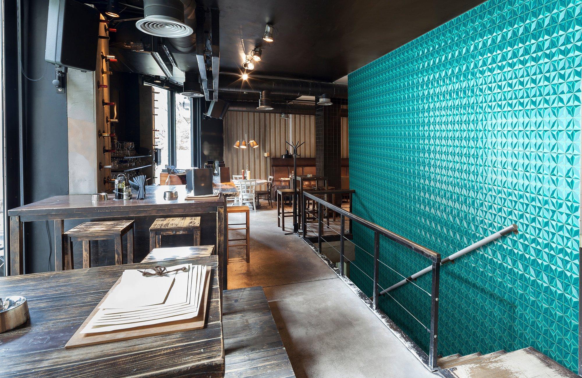 Handgefertigte Keramikfliesen für Restaurant: Die Statementwand besteht aus über 600 ORO BIANCO TILES LUX, glasiert in türkis-craquelée