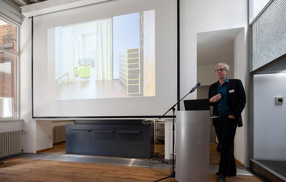Impulsvortrag von Dr. Philipp Oswalt über die Lehre(n) und Programmatiken des Bauhauses, das die Werkstatt ins Zentrum der Ausbildung gestellt hatte.