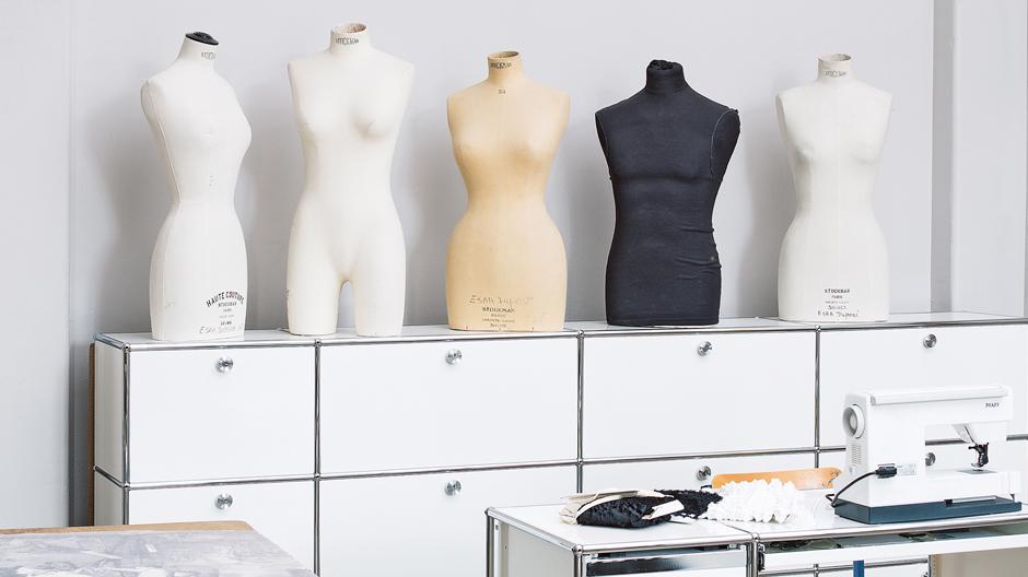 An der Pariser Mode- und Textilakademie École Duperré ist Alltag in geregelte Bahnen überführt worden. Statt eines Wirrwarrs an unterschiedlichen Aufbewahrungsmöbeln und Tischen wurde Kontinuität und Klarheit Vorrang gegeben. Die Einrichtung wird als aktives Werkzeug begriffen, das den Arbeitsprozess erleichtert.