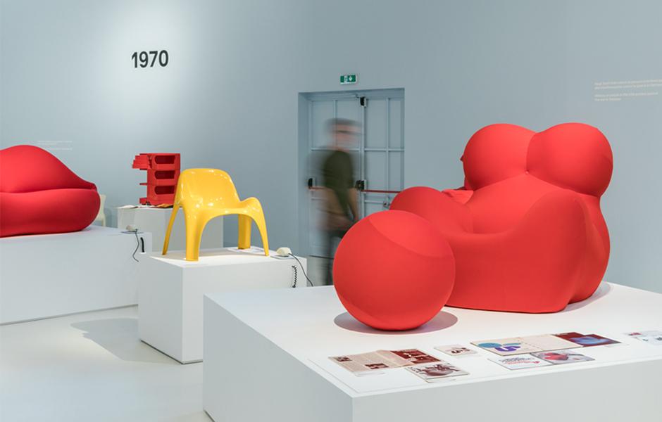 Vorne rechts: Sessel Up von Gaetano Pesce für B&B Italia, 1969. Foto: Gianluca Di Ioia / La Triennale di Milano
