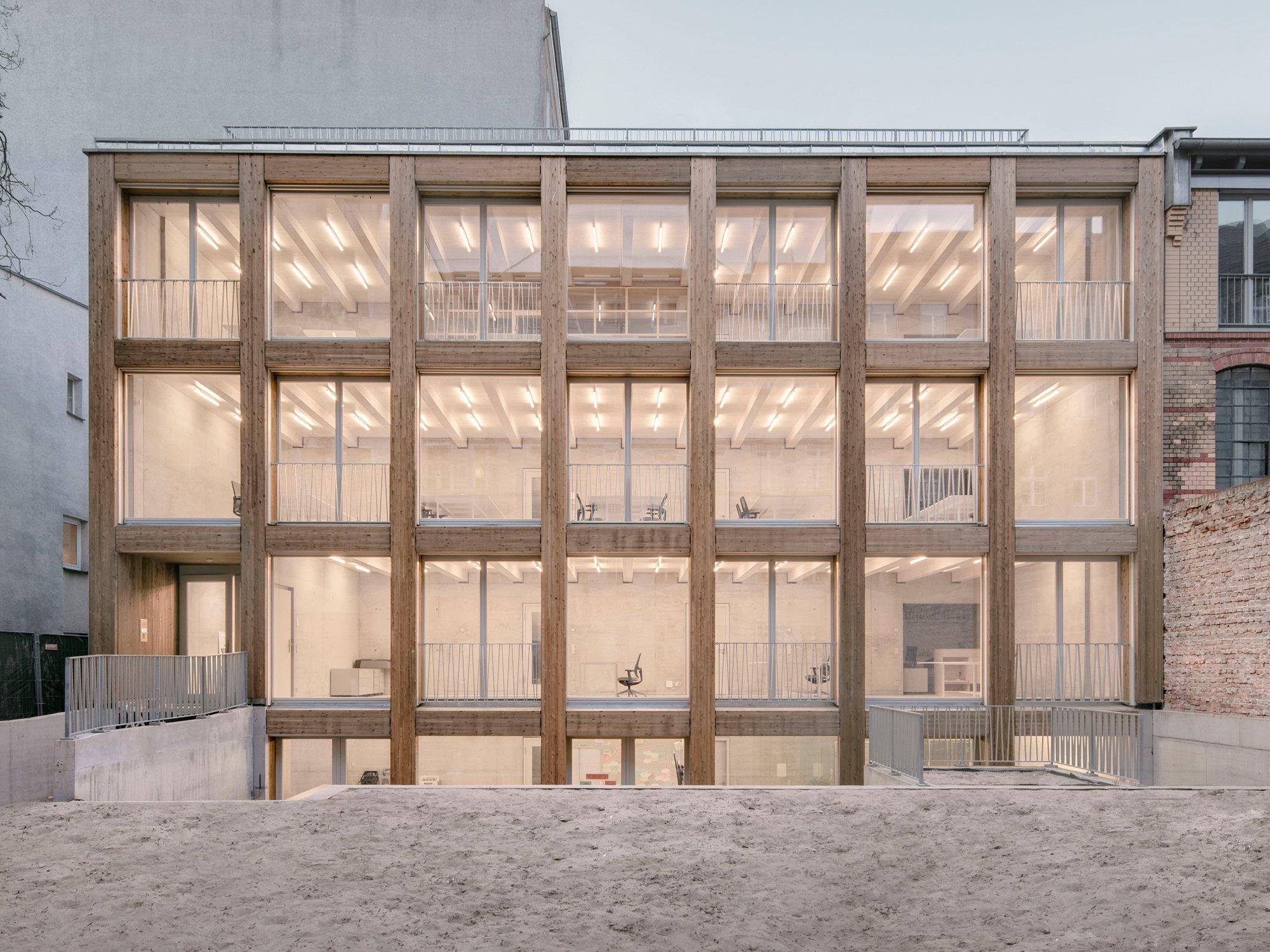Entdeckung im Berliner Hinterhof: Jan Wiese Architekten haben in Zusammenarbeit mit Ralf Wilkening im Stadtteil Prenzlauer Berg eine Remise errichtet. Die Holz-Beton-Verbundkonstruktion sorgt für viel Tageslicht und ein angenehmes Raumklima.