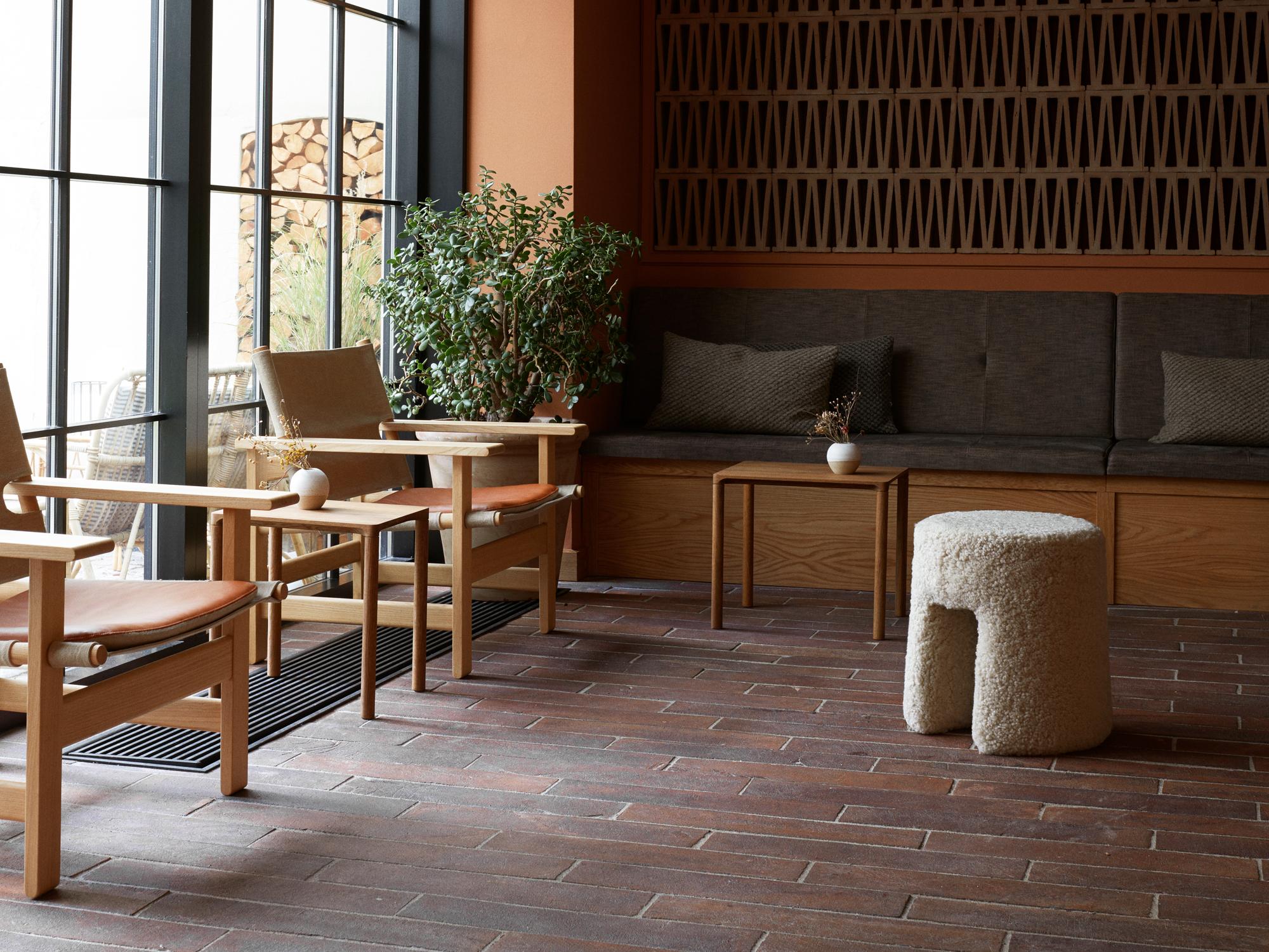 In der Lounge treffen mehrere Spanish Chairs(1958), dieBørge Mogensen für Fredericia gestaltet hat, auf dieWandleuchte VV Cinquanta Twin (1951).