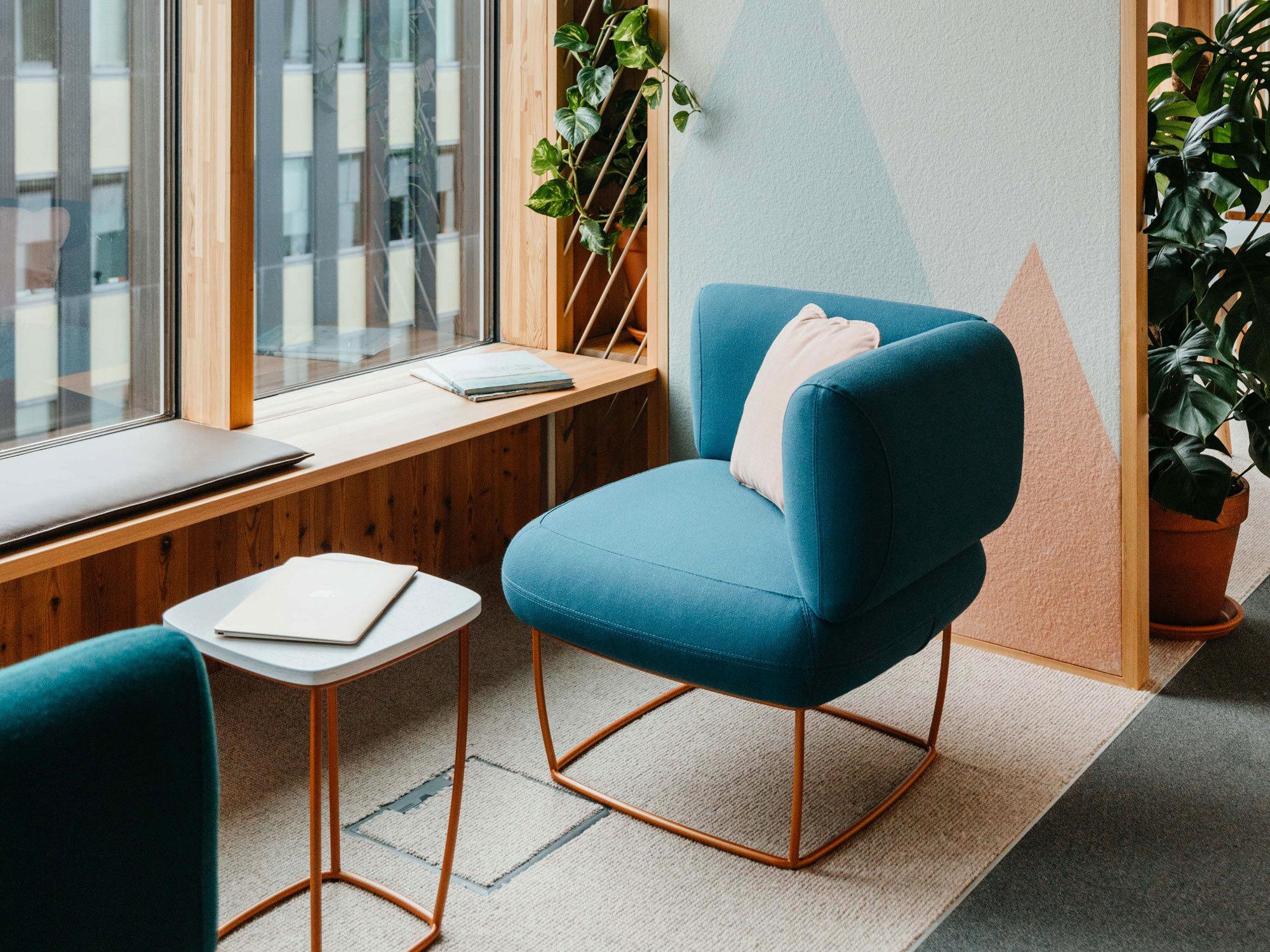 Der von Nina Mair für LaCividina entworfene Loungesessel Bernard dient in hellblauem Stoffbezug für informelle Gespräche oder zum Entspannen.