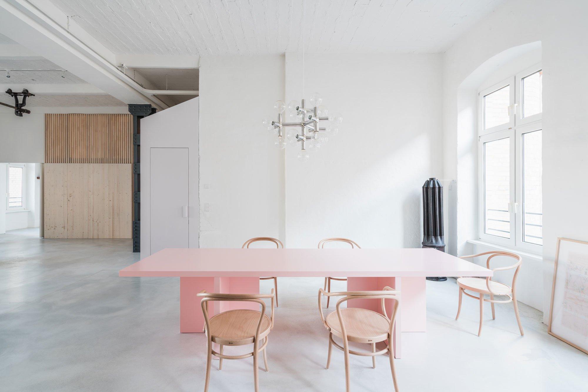 Das Rosa des Esstischs von Bannach ähnelt dem Farbton der Einbauten.