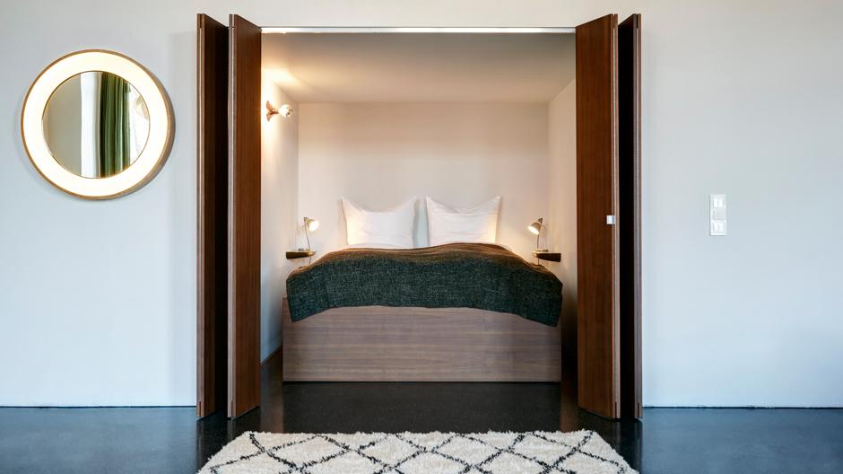 Vordere Wohnung: Das Bett versteckt sich hinter Falttüren aus Nussbaum.