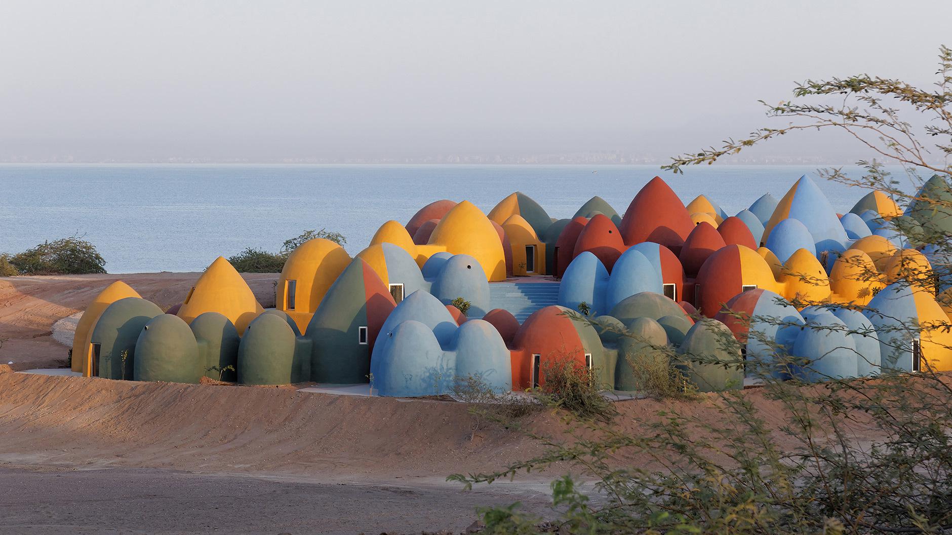 Insel Kunterbunt: Im persischen Golf erheben sich Kuppel-Formationen vor bizarren Felsen. Wo früher der Handel blühte, wird jetzt in vernakulärer Architektur Urlaub gemacht. Foto: ©Soroush Majidi