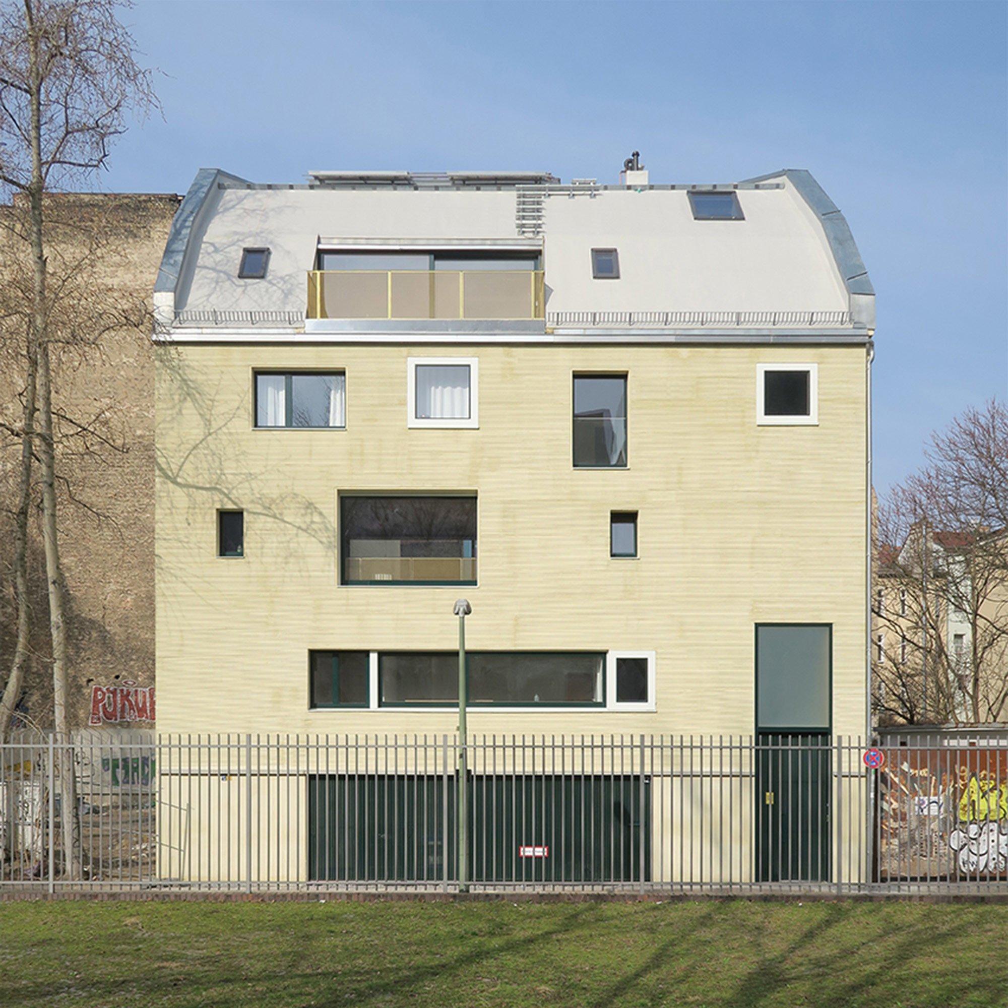 Die unterschiedlich groß dimensionierten Fenster des Gebäudes vermeiden eine monotone Proportionierung ebenso wie eine strenge Gliederung.