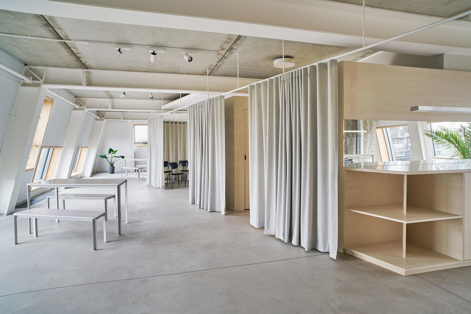 Auf dem Gelände einer ehemaligen Berliner Badeanstalt gestaltete der Architekt Gustav Düsing neue Agenturräume und begrünte Liegeflächen auf dem Dach.