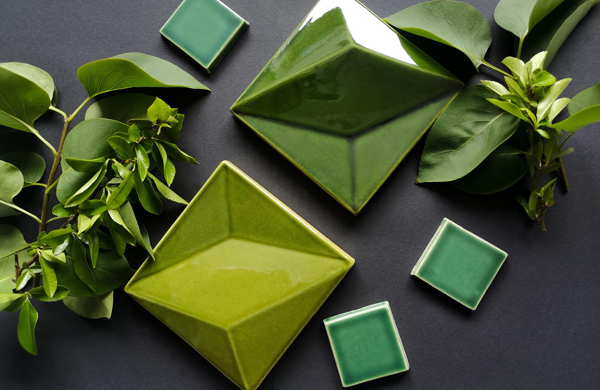 Farbige Vielfalt. ORO BIANCO HANDMADE TILES bietet individuelle Glasurentwicklung nach Vorlage von Stoffen, Mustern und Farbfächern an.
