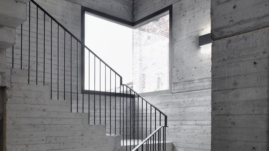 Außen Ziegel, Innen Beton: Blick in das Treppenhaus