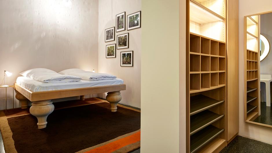 Im Schlafzimmer der hinteren Wohnung zieht ein Bett mit riesigen Füßen die Blicke auf sich.