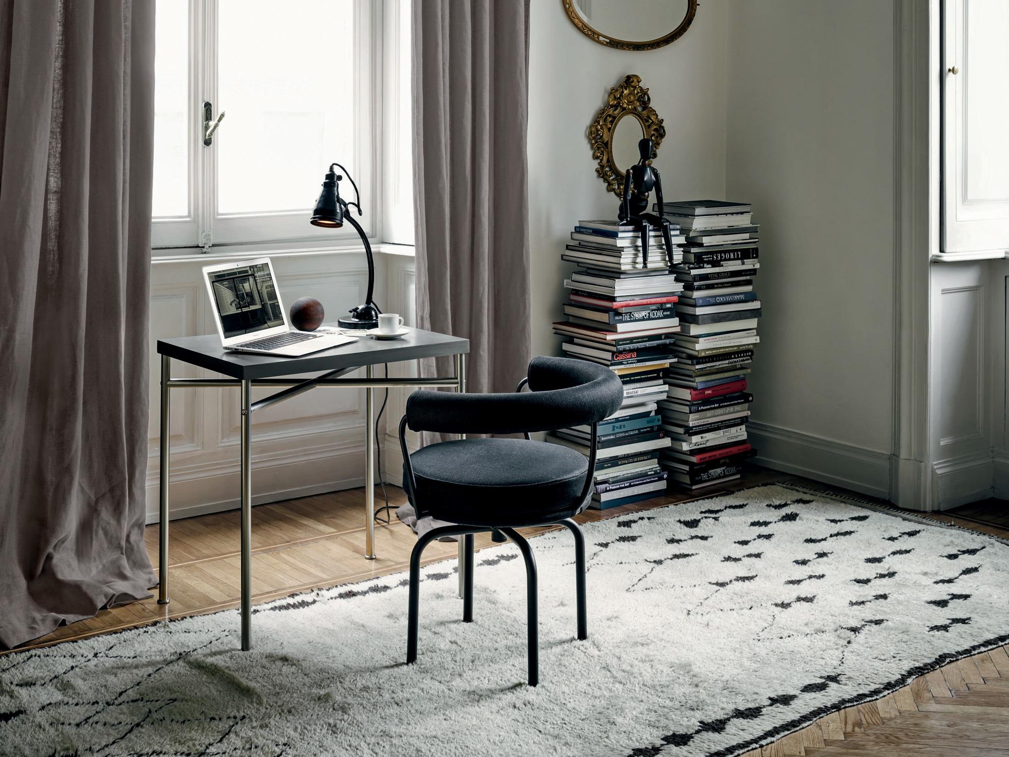 Tisch Esprit Nouveau und Polsterstuhl LC7 von Le Corbusier, Pierre Jeanneret und Charlotte Perriand, produziert von Cassina. Foto: Cassina