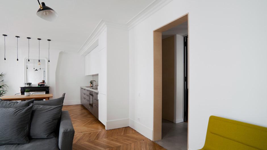 Im Wohnbereich sorgen Eichenholz für Behaglichkeit und bunte Möbel für farblichen Peps.