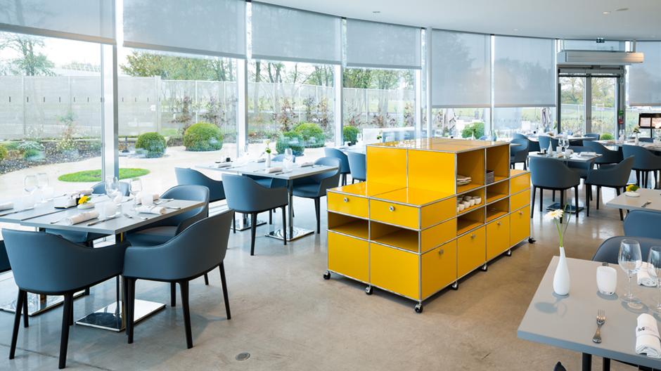 In einem separaten, kreisförmigen Gebäude ist das Restaurant des Louvre Lens untergebracht. Für die Küche zeichnet sich der französische Sterne-Koch Marc Meurin verantwortlich.