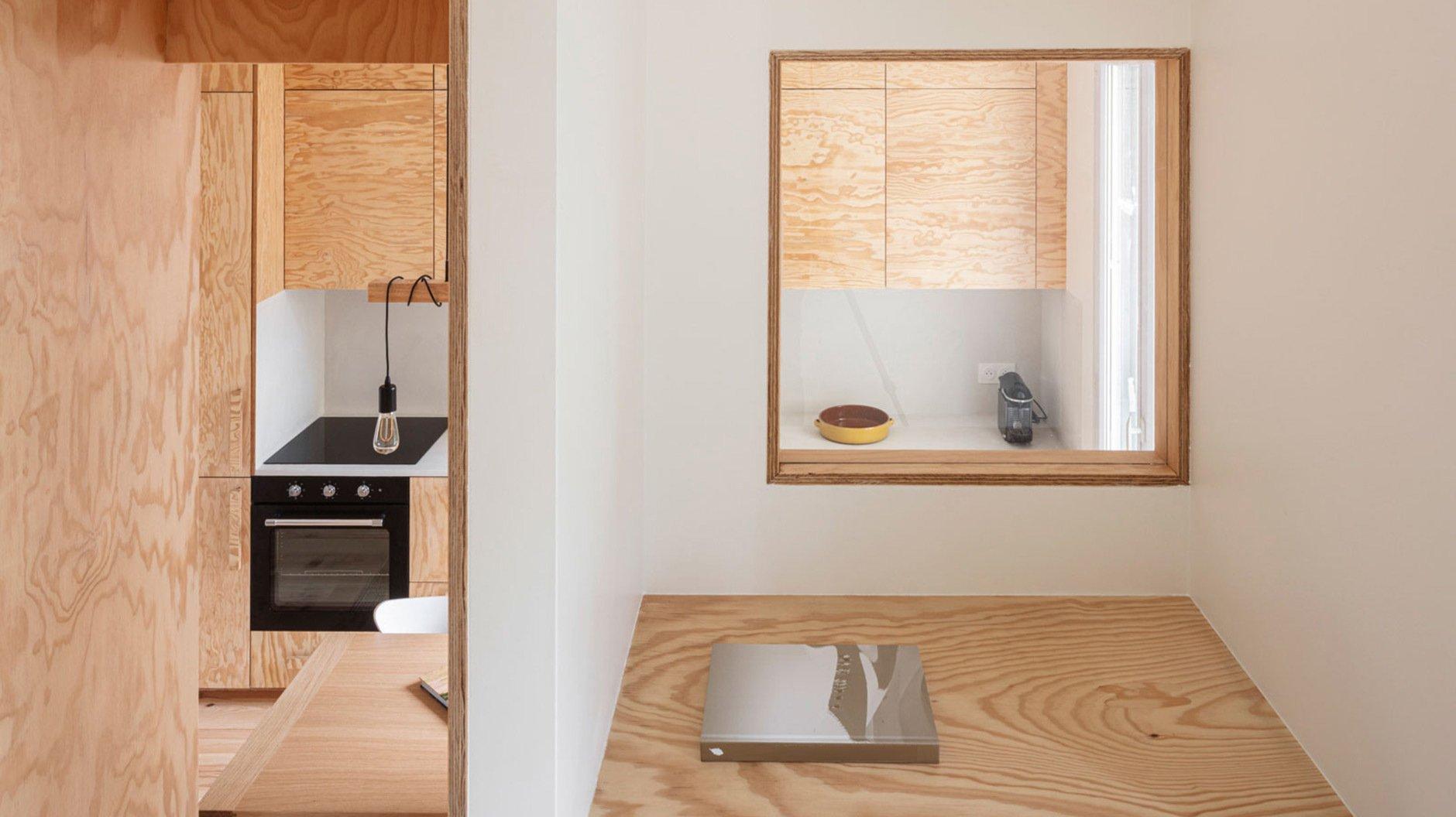 Mit Plateaus und eingeschobenen Schlafhöhlen nutzen l'atelier in einem Miniapartment ein Zimmer doppelt. Und sorgen mit Pinienholzeinbauten für ein Gefühl von Weite.