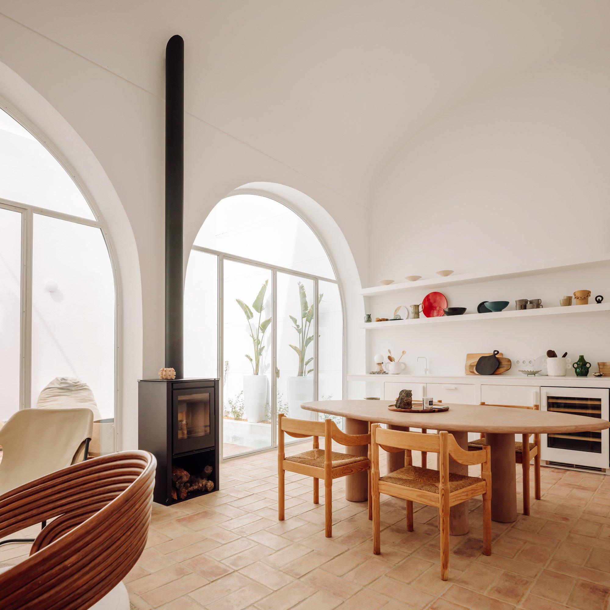 Die untere Wohnebene des Stadthauses gestaltete Atelier Rua als fliessenden Raum, um vor allem die hohen Decken der ehemaliger Lagerhalle wirken zu lassen.