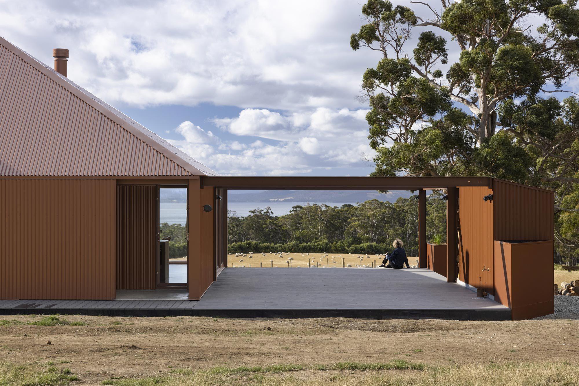 Die Terrasse verbindet das Haus mit den Geräteschuppen und Wassertanks.