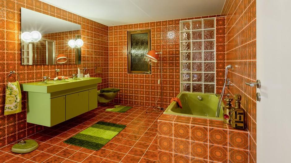 Orangene Fliesen, wilde Muster, grüne Sanitärobjekte, Doppelwaschbecken, Glasbausteine: So erinnern wir uns an die Siebziger!