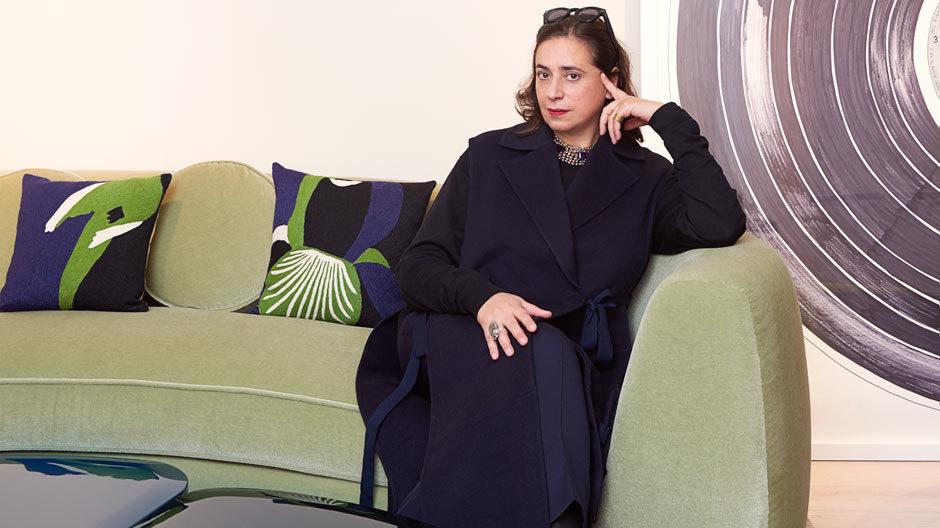 India Mahdavi, umgeben von ihren Entwürfen. Foto: Claire Israël