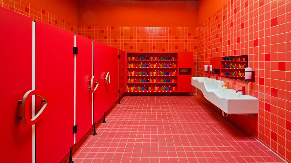 Ineinander fließende Räume, maßgefertigte Möbel und ein knallrotes Bad sind die gestalterischen Highlights dieser Kindertagesstätte.