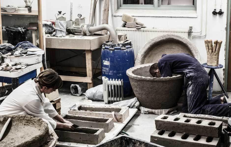 Töpfern ist harte Arbeit! Andersson arbeitet in einem eigenen Atelier, zusammen mit seiner Frau. Foto: © Stefan Andersson