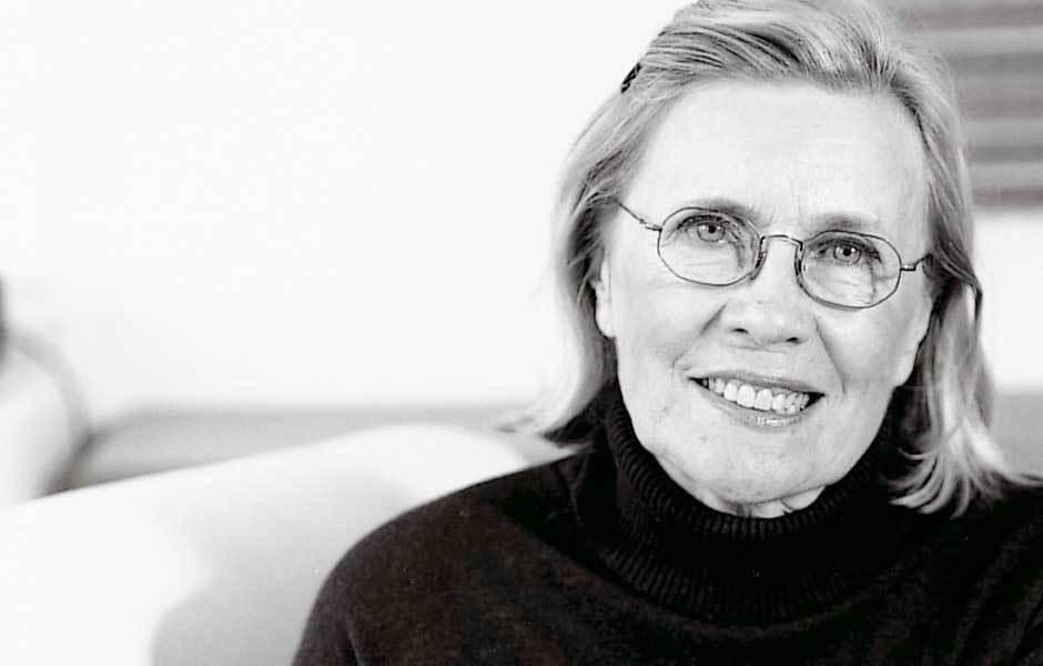 Ritva Puotila ist die Grande Dame des finnischen Textildesigns. Schon in den fünfziger Jahren hatte sie zusammen mit ihrem Ehemann, dem verstorbenen Interiordesigner Paule Puotila, ein eigenes Designstudio in Helsinki und arbeitete für viele Kunden gleichzeitig. Foto: © Woodnotes