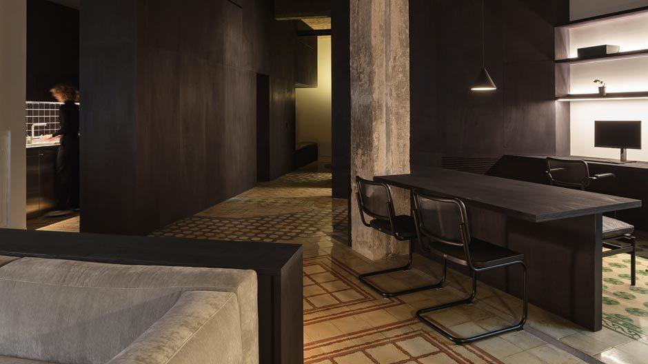 Schwarz ist Trumpf: Studio Francesc Rifé hat in Valencia eine Wohnung aus den späten Zwanzigern in eine kontemporäre Höhle umgebaut.