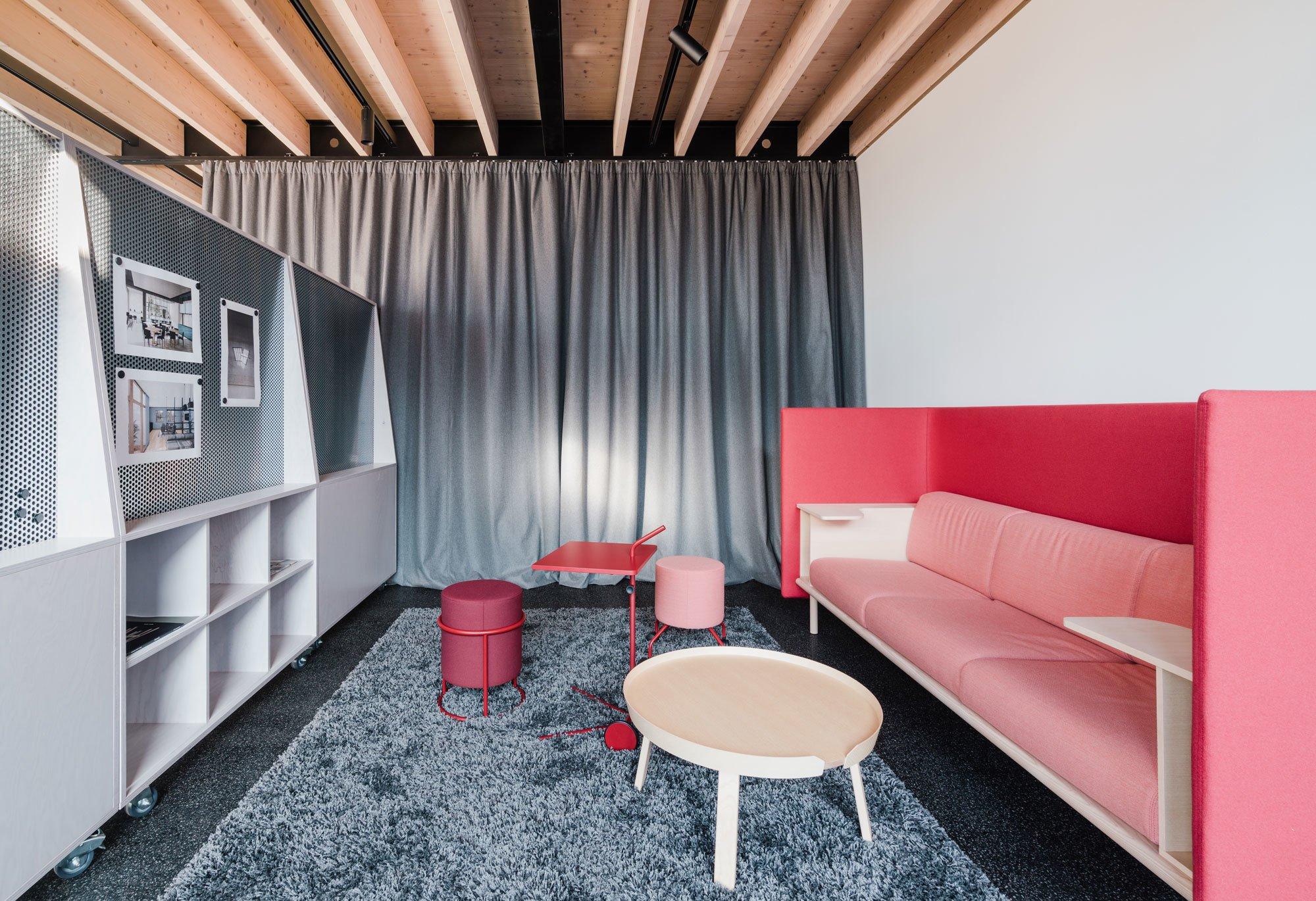 Die Farbpalette in dem Berliner Büro von buerohauser reicht von Rot- bis zu Rosé-Tönen.