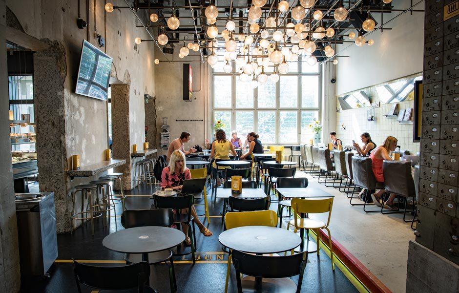 EN GUETE! RESTAURANTS & CAFÉSHiltl bezeichnet sich als erstes vegetarisches Restaurant weltweit und hat in Zürich mehrere Filialen, hier in der Sihlpost am Hauptbahnhof. Foto/ Copyright: Hiltl