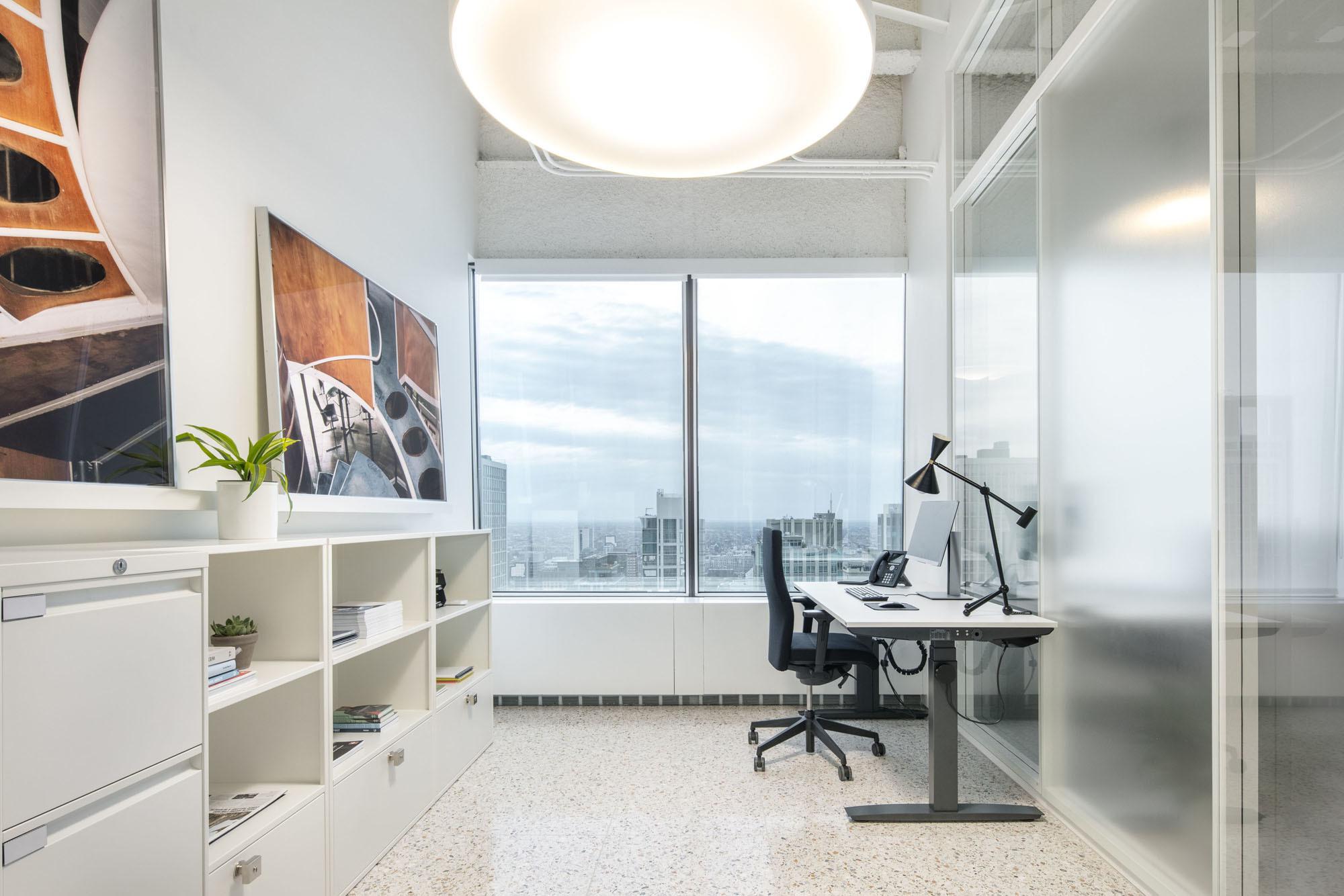 Die Schreibtischleuchten verfügen über doppelkonische Metallschirme und stammen von Otto Kolb. Auch sie wurden von Zalaba Design produziert. Foto: James Florio