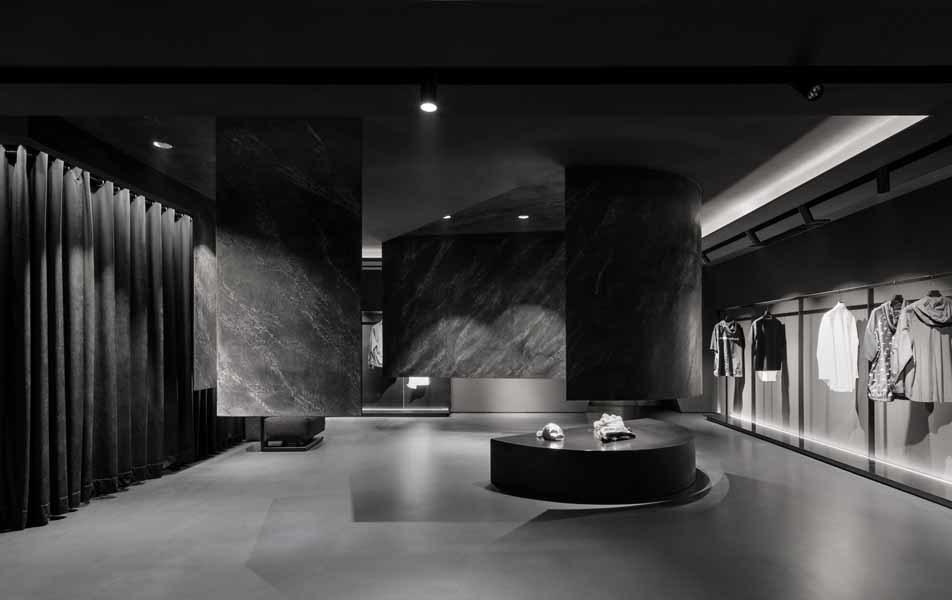 Das Obergeschoss ist monochrom in Schwarz gehalten.