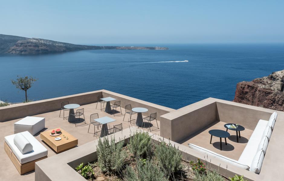 Von der Dachterrasse aus haben die Gäste einen weiten Blick bis zur Nachbarinsel Thirasia.