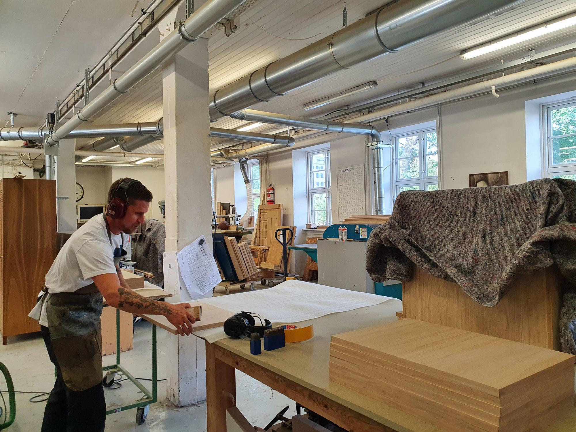 In einem Hinterhof auf Islands Brygge werden die Möbel von Københavns Møbelsnedkeri gefertigt. Foto: Claudia Simone Hoff