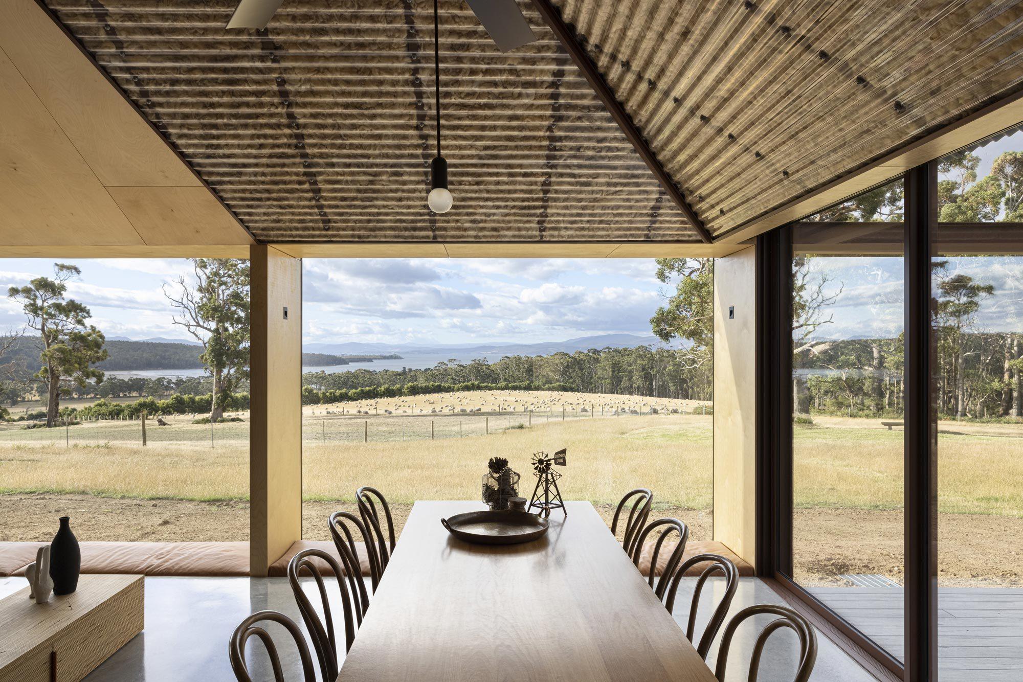 Große Fenster öffnen das Haus zur Schafweide.