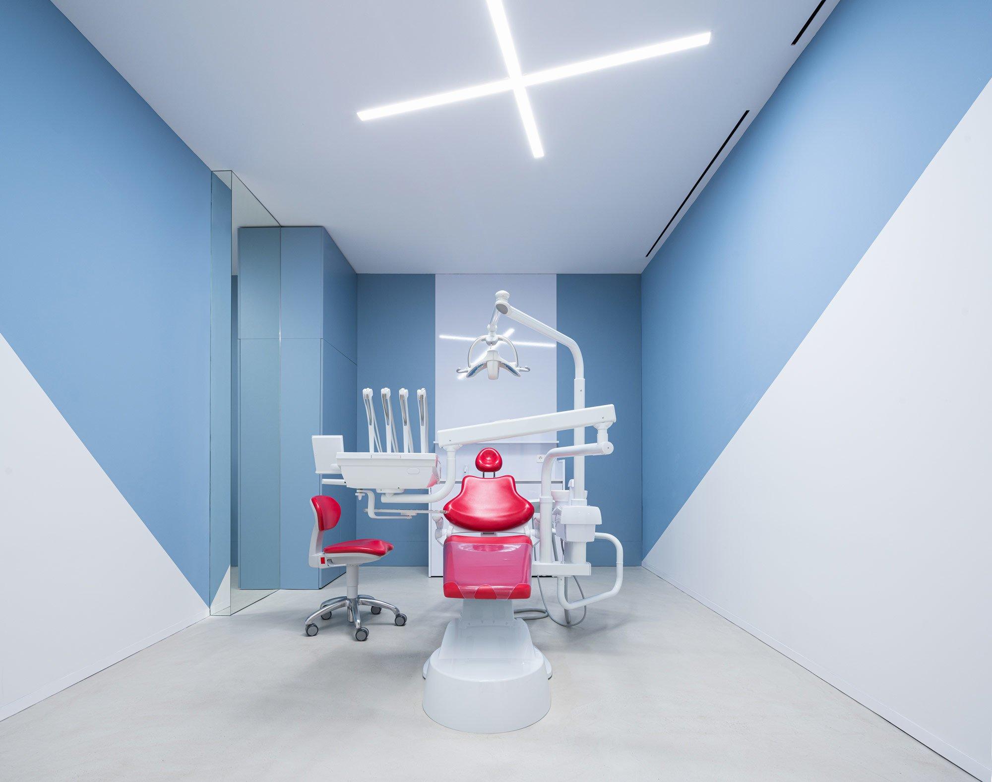 Diagonale Streifen an den Wänden der Behandlungsräume bringen das Blau aus der CI in die Architektur.