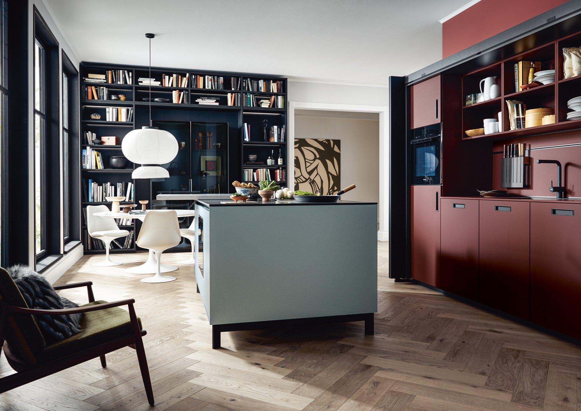 Trend #4: Dunkle Töne und PastellnuancenOft wirkt es sehr wohnlich, wenn verschiedene Farben für die Küchenmöbel miteinander kombiniert werden, wie next125 zeigt. Foto/Copyright: Schüller/next125